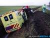 Brandweerauto en ambulance in sloot door gladheid bij Siddeburen