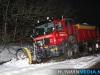 Sneeuwschuiver glijdt van de weg bij Blijham